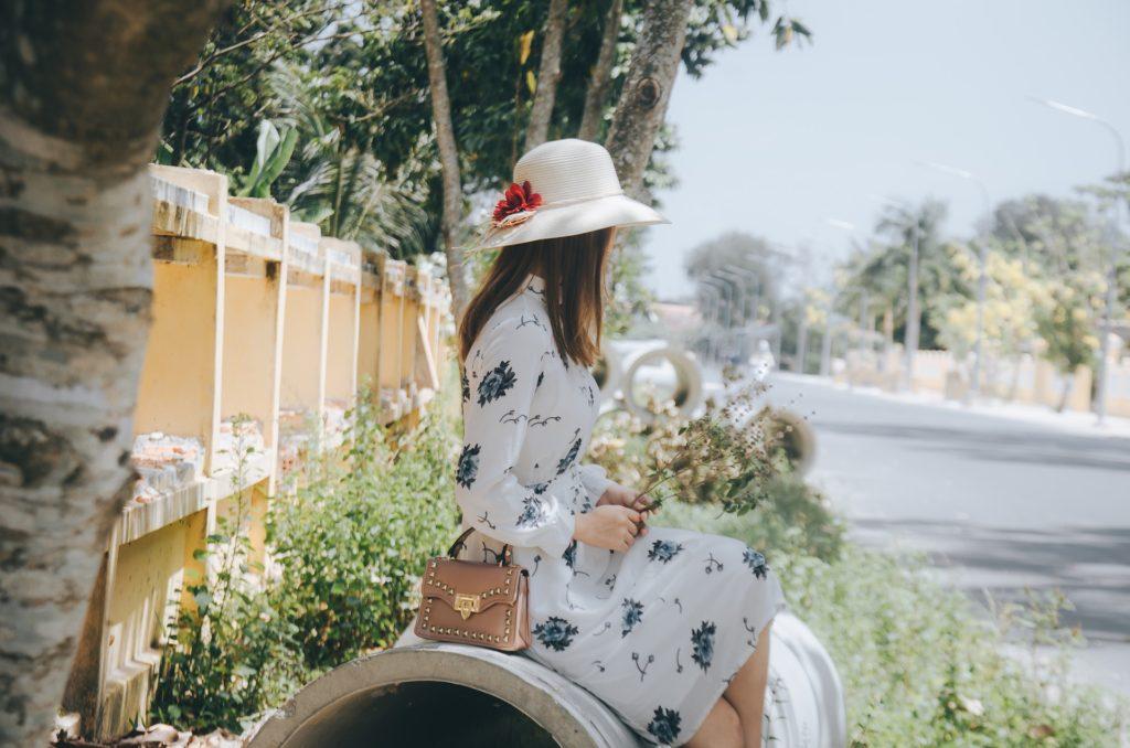 一個帶著白帽的女孩